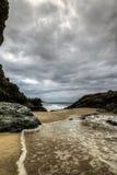 洗涤在海滩上的水低角度 免版税库存照片