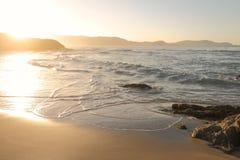 洗涤在科西嘉岛海滩上的波浪 免版税库存图片