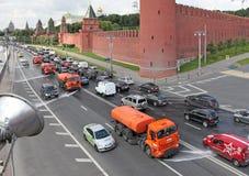 洗涤在莫斯科,浇灌的汽车的街道 俄国 免版税库存图片