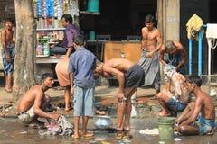 洗涤在街道上的印地安人民 免版税库存图片