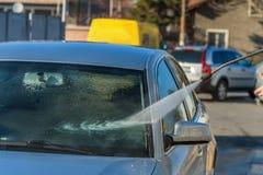 洗涤在露天的汽车 免版税库存照片