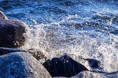 洗涤岩石海岸的波浪在波罗的海 免版税库存图片