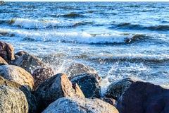 洗涤岩石海岸的波浪在波罗的海 免版税图库摄影