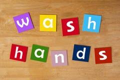 洗涤手!-小学生的标志。 免版税库存图片