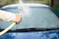 洗涤有一个水管的汽车的过程用水 库存照片