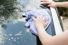 洗涤汽车的妇女手 免版税库存照片