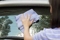 洗涤汽车的妇女手 库存图片