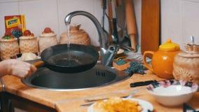 洗涤热的煎锅把冷水变成喷气机在家庭厨房水槽的蒸汽  慢的行动 影视素材