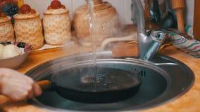 洗涤热的煎锅把冷水变成喷气机在家庭厨房水槽的蒸汽  慢的行动 股票录像