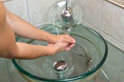 洗涤物在卫生间里移交水槽 库存图片