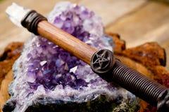 洗涤的和充电的wiccan鞭子,有五角星形的- sy的五芒星形 免版税库存图片