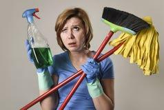 洗涤的手套的主妇与清洁浪花瓶笤帚和 免版税库存照片