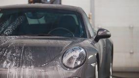 洗涤的汽车- sportcar在suds由水冲洗 图库摄影