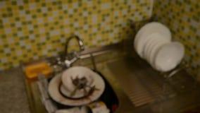 洗涤的盘和手套的海绵 影视素材