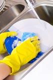 洗涤的盘在厨房里 免版税图库摄影