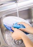 洗涤的盘在厨房里 库存图片