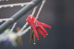 洗涤的线在一个雨天 免版税库存照片