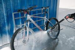 洗涤的自行车户外 库存照片