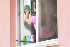 洗涤的视窗妇女 免版税库存图片
