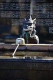 洗涤的龙喷泉在进入寺庙或寺庙前 免版税库存图片