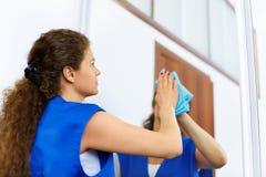 洗涤窗口的可爱的妇女 Cleaning Company工作者wor 免版税库存图片
