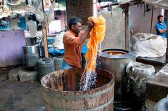 洗涤衣裳的工作者在Dhobi Ghat在孟买,马哈拉施特拉,  库存照片