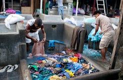 洗涤衣裳的工作者在Dhobi Ghat在孟买,马哈拉施特拉,  免版税库存图片