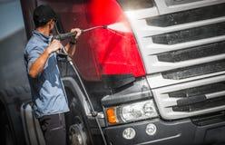 洗涤他的卡车司机半 图库摄影