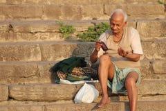 洗涤他们的衣裳的人们在恒河,瓦腊纳西,印度 免版税库存照片