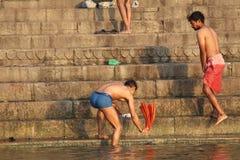 洗涤他们的衣裳的人们在恒河,瓦腊纳西,印度 免版税图库摄影