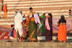 洗涤他们的衣裳的人们在恒河,瓦腊纳西,印度 库存照片