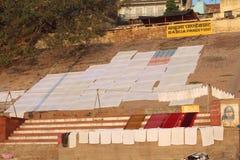 洗涤他们的衣裳的人们在恒河,瓦腊纳西,印度 库存图片