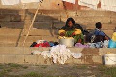 洗涤他们的衣裳的人们在恒河,瓦腊纳西,印度 免版税库存图片