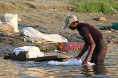 洗涤他们的衣裳的人们在恒河,瓦腊纳西,印度 图库摄影