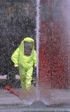 洗涤黄色衣服的水强有力的喷气机使用在exe期间 库存图片