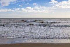 洗涤Balmedie海滩的波浪 免版税库存图片