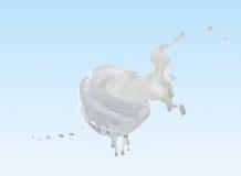 润湿在大牛奶飞溅的奶油色,润湿的牛奶 库存图片