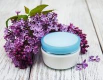 润湿奶油色和淡紫色花 免版税库存图片