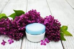 润湿奶油色和淡紫色花 库存照片