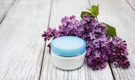 润湿奶油色和淡紫色花 库存图片