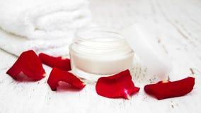 润湿奶油色和玫瑰花瓣 免版税库存图片