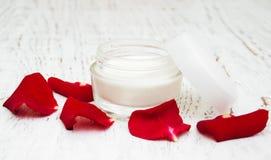 润湿奶油色和玫瑰花瓣 免版税库存照片