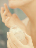 润湿奶油色在女性手上在卫生间里 免版税库存图片