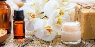 润湿的奶油和兰花-温泉概念 库存图片