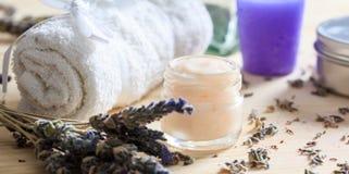 润湿的奶油和淡紫色 图库摄影