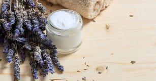 润湿的奶油和淡紫色 免版税库存图片
