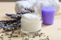 润湿的奶油和淡紫色 免版税图库摄影