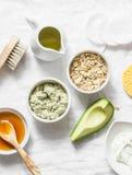 润湿的成份,养育,防皱皱痕面罩-鲕梨,橄榄油,燕麦粥,在光后面的自然酸奶 免版税图库摄影