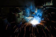 涨潮核心导线电弧焊接是多数人口在焊接过程中 免版税库存照片