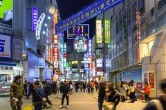 涩谷争夺横穿在东京在晚上,日本 免版税库存照片